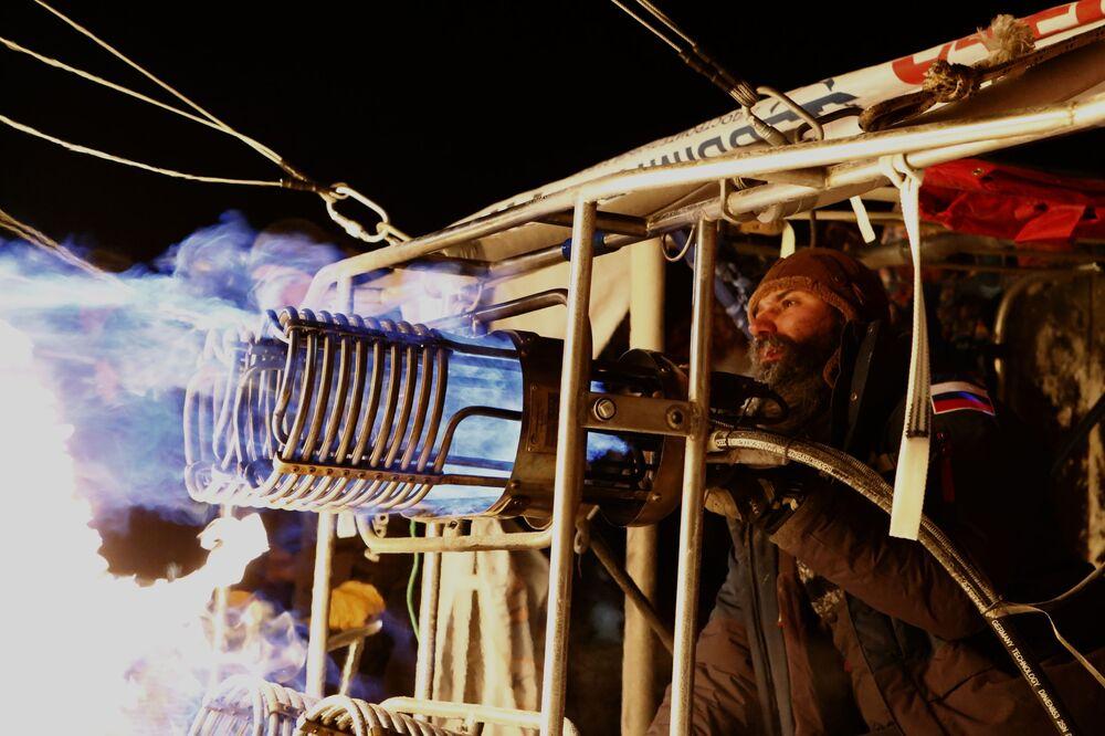 Le preparazioni per il volo del viaggiatore russo Fyodor Konyuhov e Ivan Menyailo nella regione di Yaroslavl in Russia.