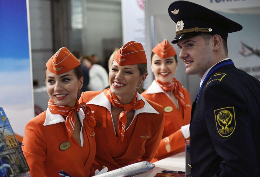 Le hostess della compagnia aerea russa Aeroflot durante la fiera dell'aviazione civile NAIS 2017 a Mosca.