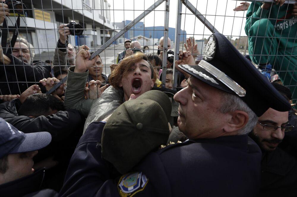 La polizia ferma migranti in arrivo dall'Afghanistan ad Atene, Grecia.