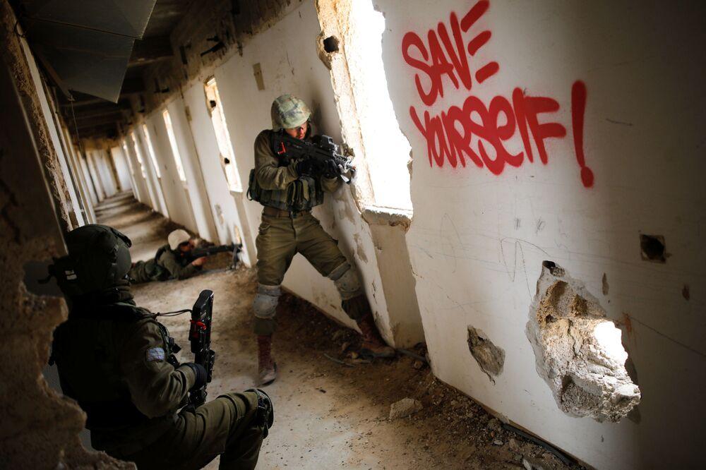 Soldati israeliani prendono parte alle esercitazioni militari sul territori di un albergo abbondanato ad Arad.