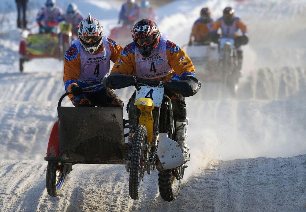 Vadim Strugachev e Aleksandr Frolov alla gara di motociclismo nella regione di Mosca.