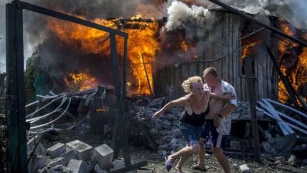 Abitanti locali si salvano dall'incendio causato dall'attacco aereo delle forze armate ucraine nella regione di Lugansk. - Sputnik Italia