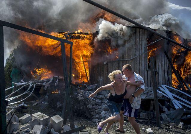 Abitanti locali si salvano dall'incendio causato dall'attacco aereo delle forze armate ucraine nella regione di Lugansk.