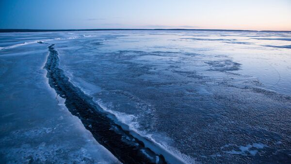 Трещина льда на Онежском озере в Карелии - Sputnik Italia