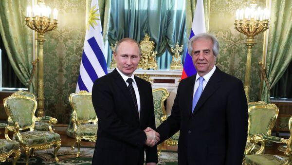 Precedente incontro del presidente uruguaiano con il presidente russo Vladimir Putin. - Sputnik Italia