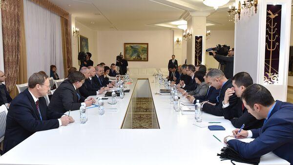 Incontro del gruppo congiunto sul controllo cessate il fuoco in Siria che contiene rappresentanti della Russia, Iran e Turchia - Sputnik Italia
