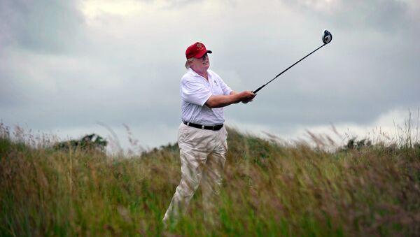 Trump che gioca a golf - Sputnik Italia