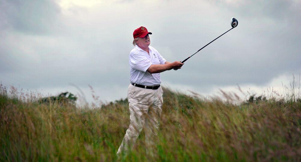 Trump che gioca a golf