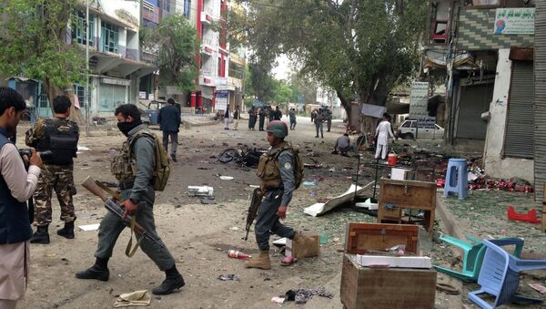 Afghan security forces members inspect the site of a suicide attack near a new Kabul Bank in Jalalabad, east of Kabul, Afghanistan, Saturday, April, 18, 2015. - Sputnik Italia