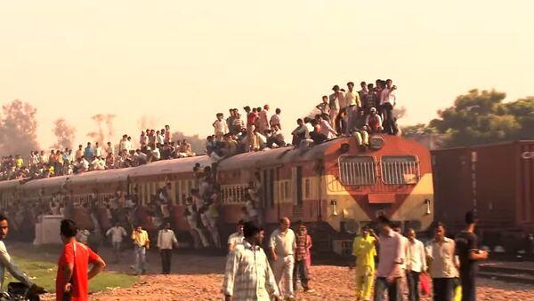 Il vostro regionale del mattino è affollato? guardate cosa succede in India! - Sputnik Italia