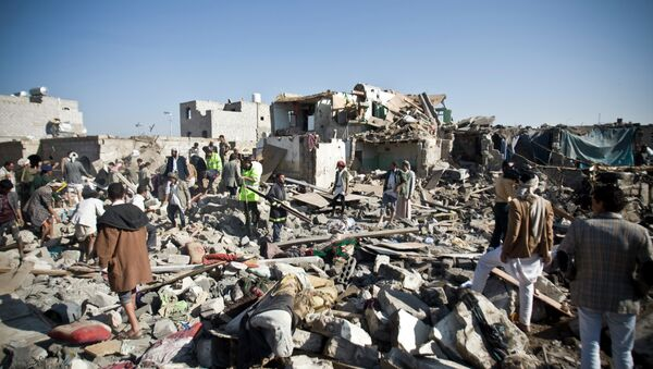 People search for survivors under the rubble of houses destroyed by Saudi airstrikes near Sanaa Airport, Yemen - Sputnik Italia