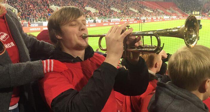 Un tifoso suona una trombetta durante una partita dello Spartak Mosca