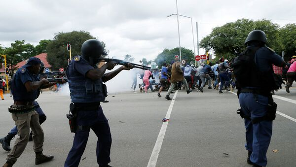 South African riot policemen fire rubber bullets to disperse Somali and foreign nationals clashing with South African nationals during a protest march against illegal immigrants on February 24, 2017 in Pretoria, South Africa. - Sputnik Italia