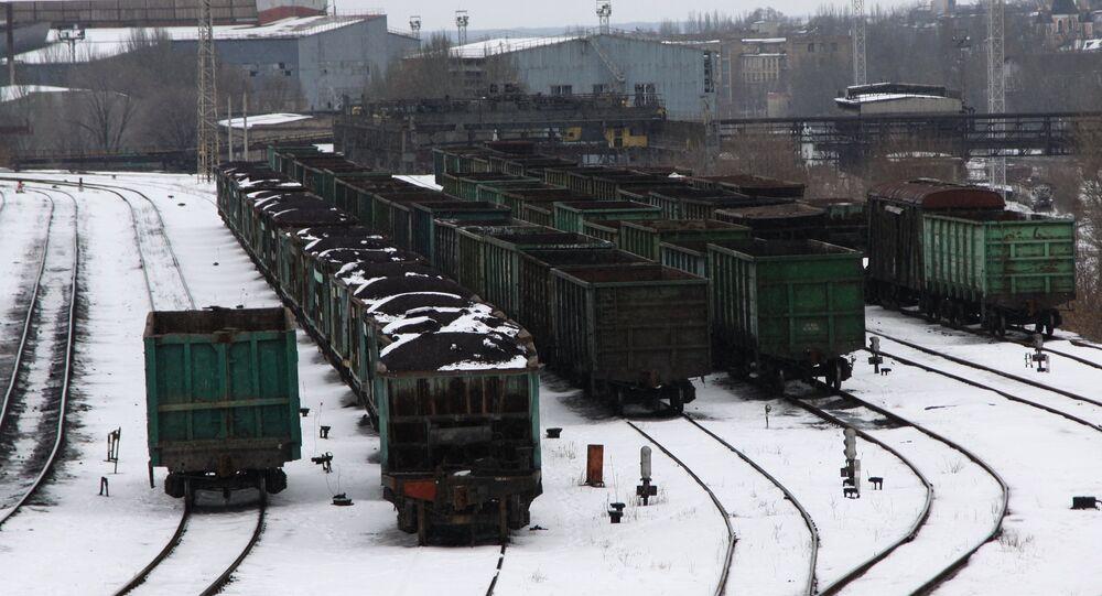 Vagoni fermi alla stazione di Donetsk