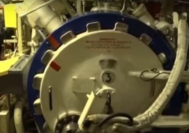 Evacuazione dei sommergibilisti attraverso il compartimento siluri