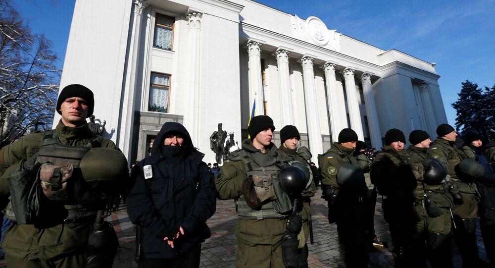 Polizia di fronte al parlamento ucraino