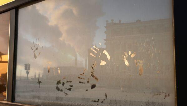 Una veduta di Noril'sk attraverso il finestrino di un autobus - Sputnik Italia