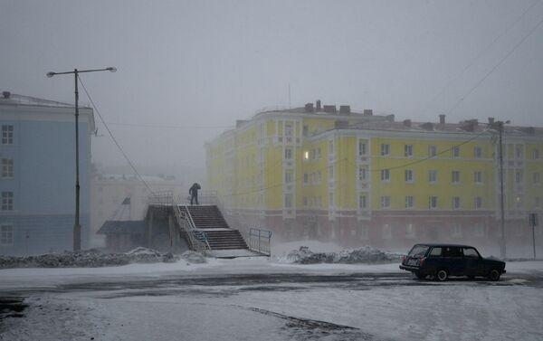 Una strada di Noril'sk durante una tempesta di neve - Sputnik Italia