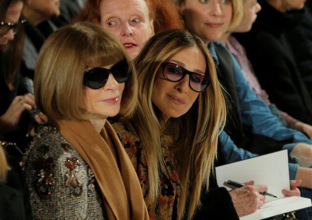 In basso a sinistra la caporedattrice di Vogue Anna Wintour a New York