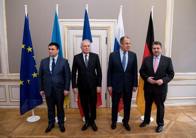 Il ministro degli Esteri ucraino Pavlo Klimkin, il suo omologo francese Jean-Marc Ayrault, il ministro russo Sergei Lavrov e il ministro tedesco Sigmar Gabriel.