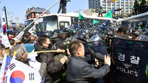 Manifestanti che sostengono il presidente sudcoreano sotto impeachment Park Geun-hye scontrano con la polizia a Seoul - Sputnik Italia
