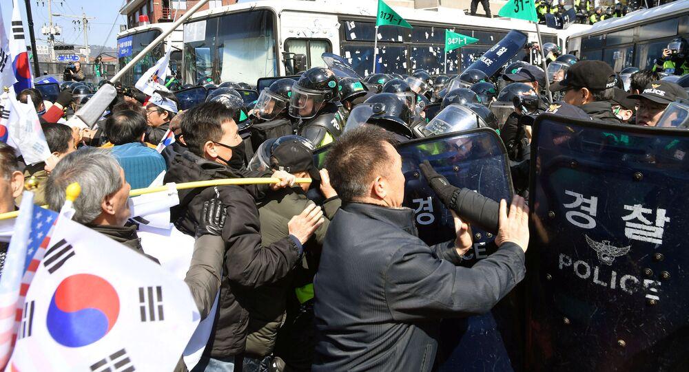 Manifestanti che sostengono il presidente sudcoreano sotto impeachment Park Geun-hye scontrano con la polizia a Seoul