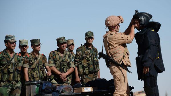 Zappatore russo insegna ai militari siriani - Sputnik Italia