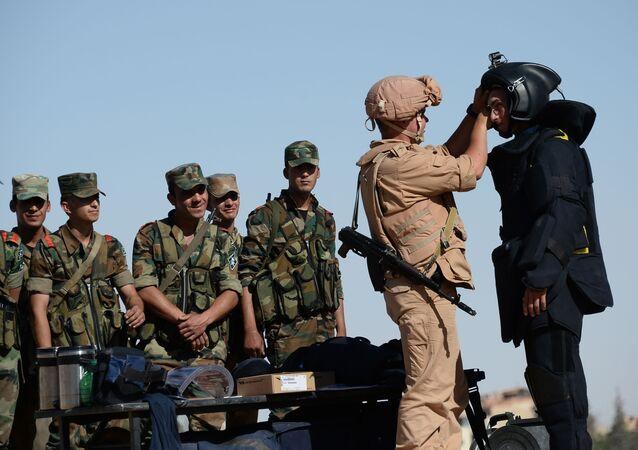 Zappatore russo insegna ai militari siriani