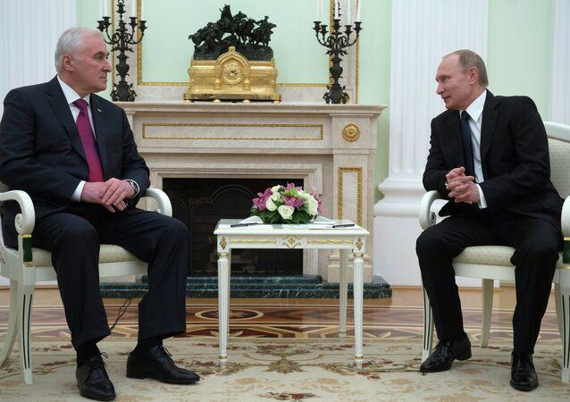 Vladimir Putin e Leonid Tibilov (foto d'archivio)