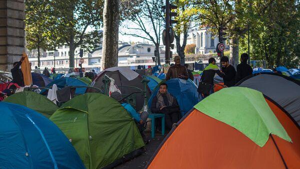 Un campo di migranti a Parigi - Sputnik Italia