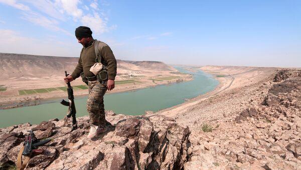 Miliziano curdo a nord di Raqqa presso l'Eufrate - Sputnik Italia
