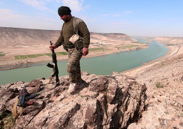 Miliziano curdo a nord presso l'Eufrate (foto d'archivio)