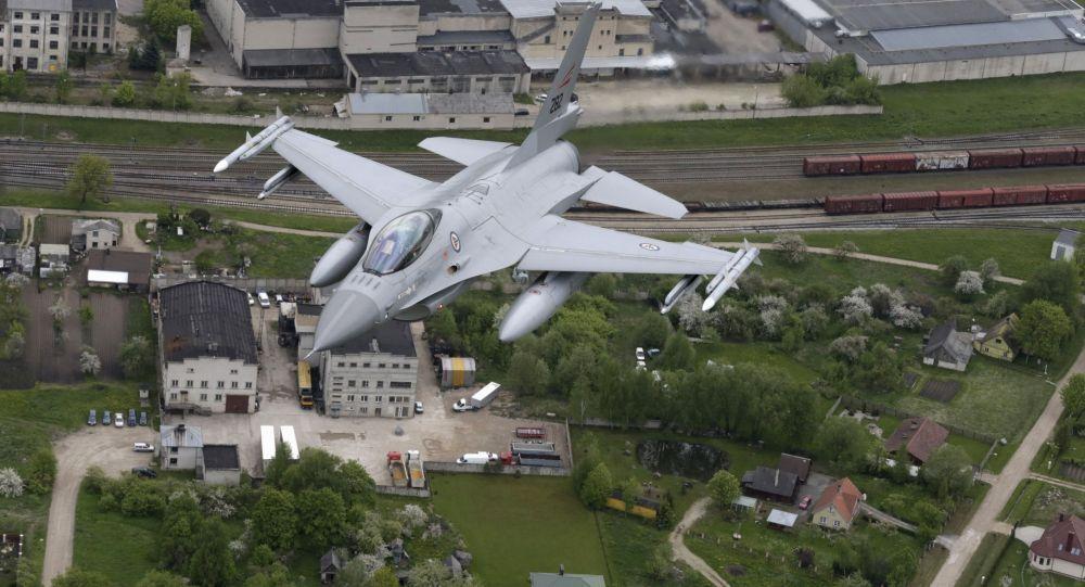 Норвежский истребитель F-16 на боевом дежурстве в небе Прибалтики