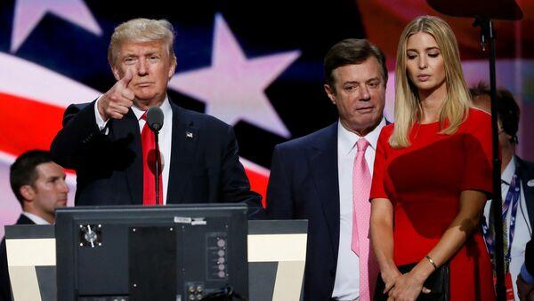 Paul Manafort tra Donald e Ivanka Trump (foto d'archivio) - Sputnik Italia
