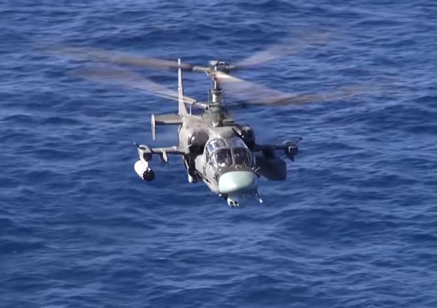 Gli elicotteri Ka-52K e Ka-29 in volo