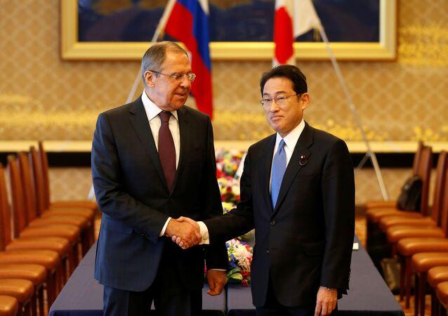 Il ministro degli Esteri russo Sergej Lavrov e il ministro degli Esteri giapponese Fumio Kishida all'incontro nel formato 2 + 2 il 20 marzo.