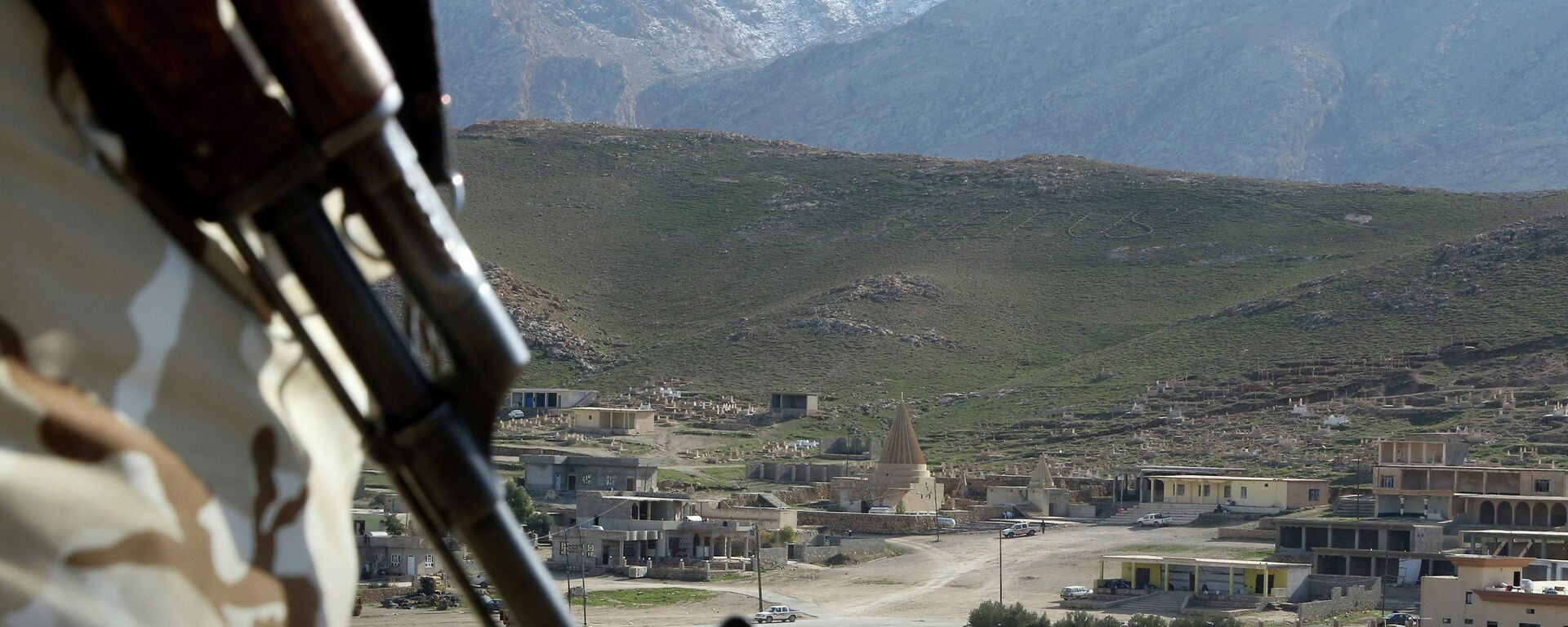 In this Sunday Jan. 11, 2015 photo, a Yazidi fighter protects the Sharaf al-Deen temple shrine, one of the holiest for the Yazidis, a religious minority whom the Islamic State group considers heretics ripe for slaughter, in Sinjar, northern Iraq - Sputnik Italia, 1920, 14.08.2017