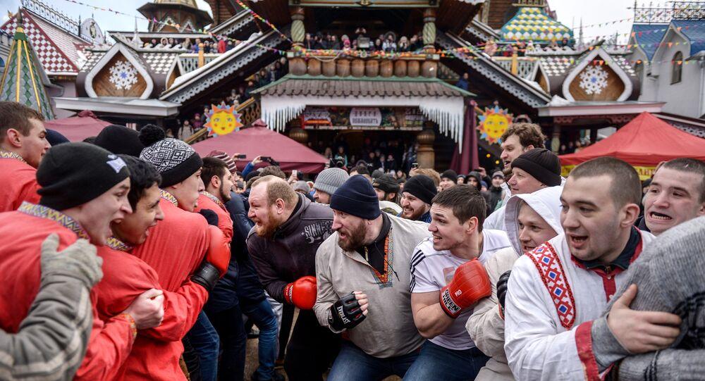 Esibizione di lotta pugno a pugno nel parco russo di Izmaylovo