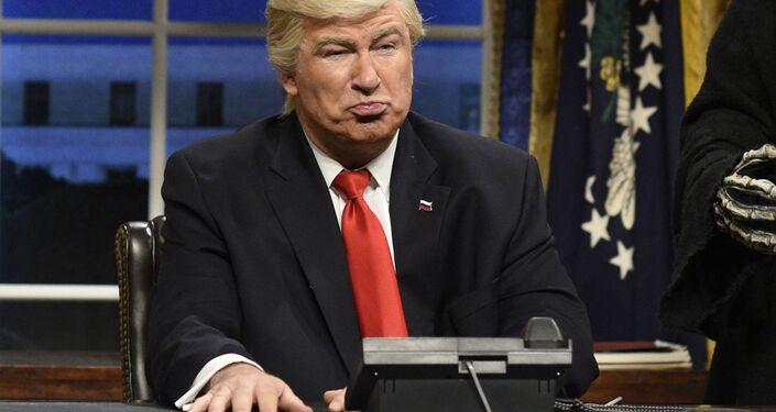 Alec Baldwin imita il presidente Donald Trump in una puntata del Saturday Night Live