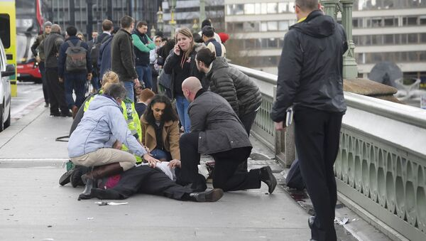 Injured people are assisted after an incident on Westminster Bridge in London - Sputnik Italia