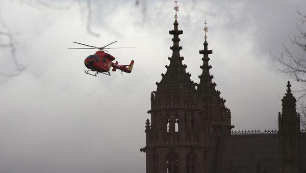 Вертолет скорой помощи около места стрельбы у здания парламента в Лондоне - Sputnik Italia