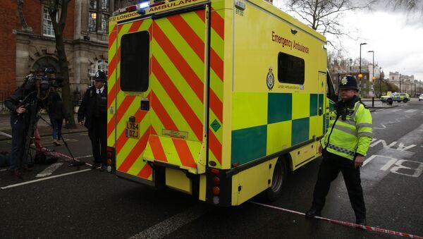 Карета скорой помощи у здания парламента в Лондоне, где произошла стрельба  - Sputnik Italia