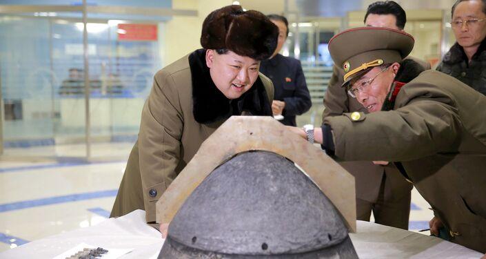 Il leader nordcoreano Kim Jong Un osserva da vicino una testata nucleare prima di un test.