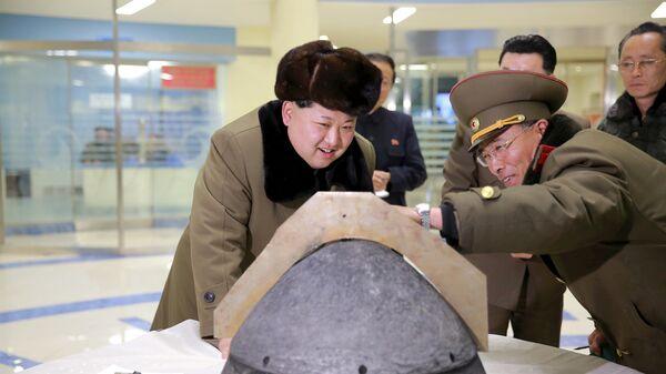 Il leader nordcoreano Kim Jong Un guarda una punta di un missile a reazione dopo un test simulato di rientro atmosferico di un missile balistico,  foto pubblicata dalla Korean Central News Agency (KCNA) della Corea del Nord a Pyongyang. - Sputnik Italia
