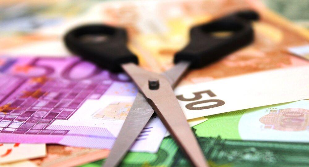 Banconote euro e le forbici
