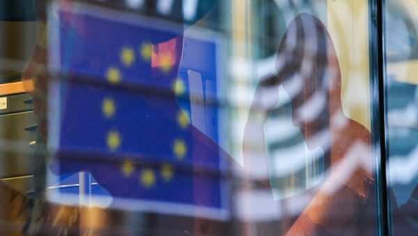Reflection of the EU flag in a window of a building in Brussels. - Sputnik Italia