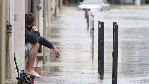 Мужчина на затопленной улице Монтаржи, Франция - Sputnik Italia