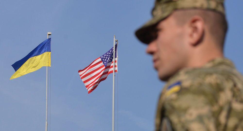 Украинский военнослужащий у флагов США и Украины на военных учений