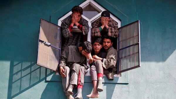Люди в окне мечети во время похорон в южном Кашмире - Sputnik Italia