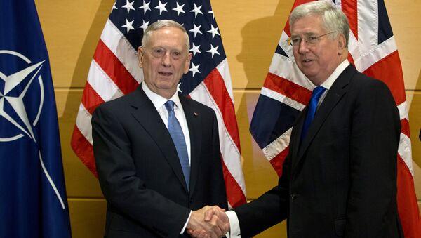 US Secretary of Defense Jim Mattis, left, shakes hands with British Secretary of State for Defense Michael Fallon - Sputnik Italia